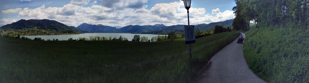 Panorama vom Tegersee mit Rollstuhlfahrer