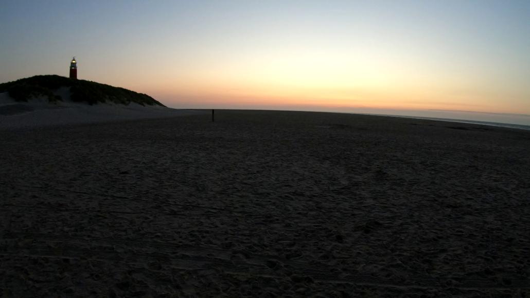 Sonnenuntergang beim Leuchturm vom Strand aus