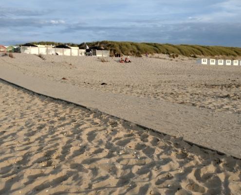 barrierefreier Strandzugang mit Meer im Hintergrund