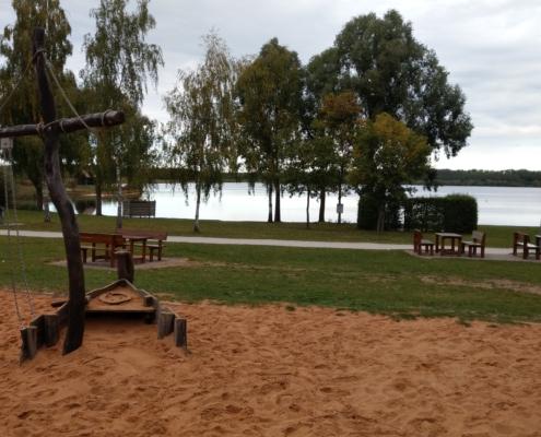 Abenteuerspielplatz mit dem Rothsee im Hintergrund