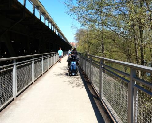 Weg über die Bahnbrücke